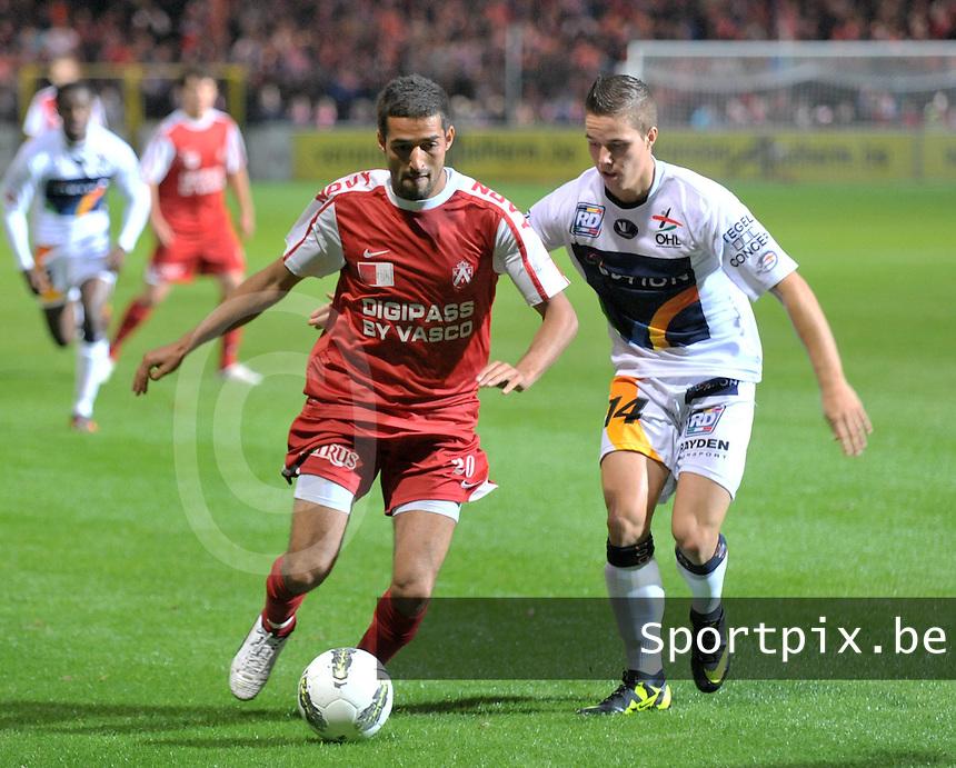 KV Kortrijk - OH Leuven : Mohamed Messoudi aan de bal voor Thomas Azevedo.foto VDB / BART VANDENBROUCKE