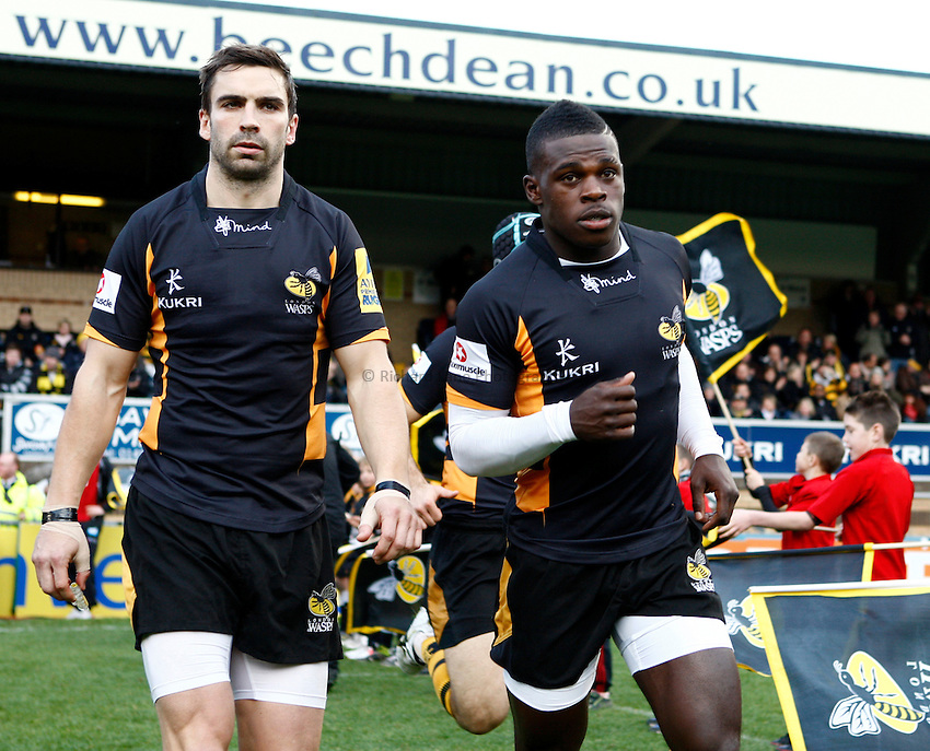 Photo: Richard Lane/Richard Lane Photography. London Wasps v Leicester Tigers. Aviva Premiership. 25/11/2012. Wasps' Nick Robinson and Christian Wade run out.