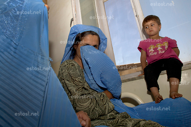 AFGHANISTAN, 06.2008, Tscharikar/Charikar. Selbst im Krankenhaus wird weiter die Burka getragen. | Not even in the hospital do women give up wearing their burkas.<br /> © Marzena Hmielewicz/EST&OST