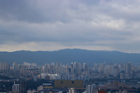 SAO PAULO, SP - 21.06.2017 - CLIMA-SP - Vista da cidade de S&atilde;o Paulo no topo do terra&ccedil;o Copan, regi&atilde;o central da capital na tarde desta quarta-feira (21). O clima permanece com baixa temperatura e o c&eacute;u segue parcialmente nublado.<br /> <br /> (foto: Fabricio Bomjardim / Brazil Photo Press)