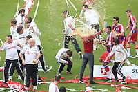 Jogadores do Bayern de Munique atiram cerveja no treinador Pep Guardiola para comemorar a conquista do título depois de vencer o Stuttgart, no jogo final da temporada do Campeonato de Futebol Alemão, realizado no Allianz Arena, em Munique, no sul da Alemanha, neste sábado. (Foto: Christian Kolb / Pixathlon / Brazil Photo Press).