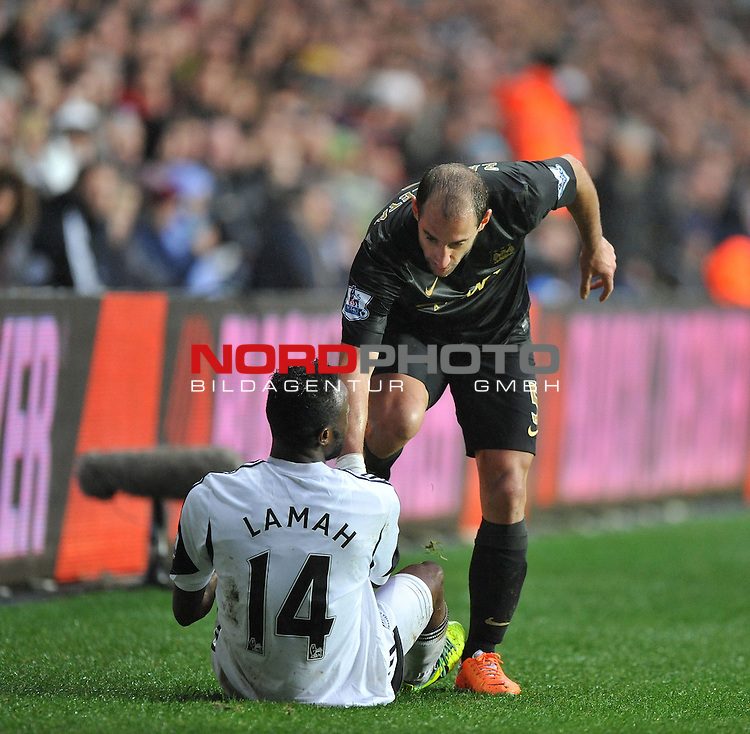 Manchester City's Pablo Zabaleta helps up Swansea City's Roland Lamah -  01/01/2014 - SPORT - FOOTBALL - Liberty Stadium - Swansea - Swansea City v Manchester City - Barclays Premier League<br /> Foto nph / Meredith<br /> <br /> ***** OUT OF UK *****