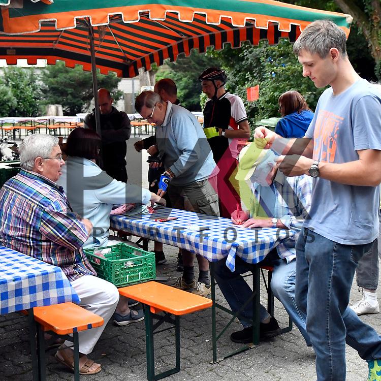 Ludwigsahfen 16.07.17 Volksradfahren RV Oggersheim, Notwende im Bild hat die Anmeldung / Einschreiben geeoffnet.<br /> <br /> Foto &copy; Ruffler For editorial use only. (Bild ist honorarpflichtig - No Model Release!)