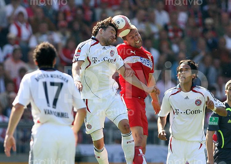 Fussball Bundesliga  30. Spieltag  VfB Stuttgart - FC Bayern Muenchen Thomas Hitzlsperger (VFB,2.v.re) gegen Hasan Salihamidzic (FCB,li) und Owen Hargreaves (2.v.li) und Roque Santa Cruz (FCB,re)