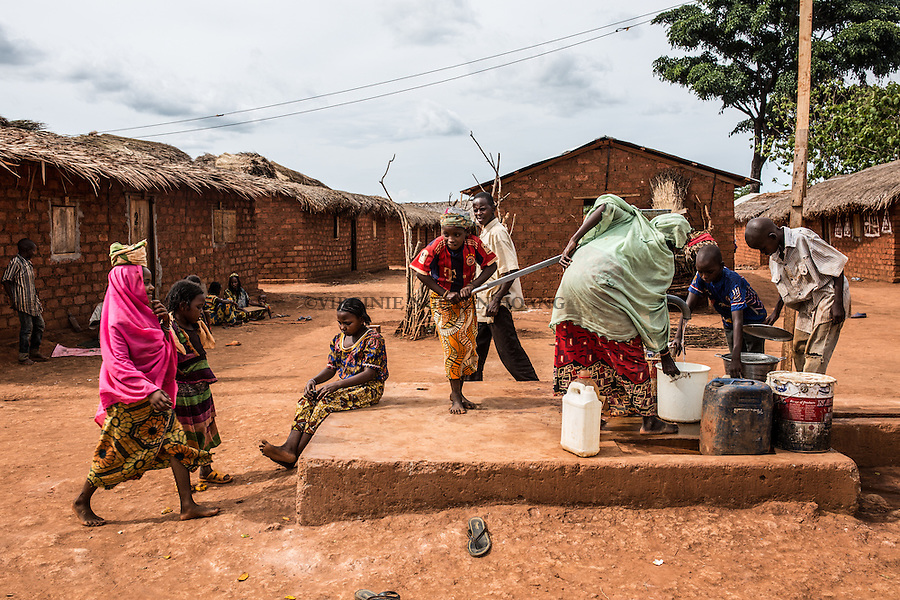CAR, Yelloke: Young peul ladies are taking water from the well of their village in Yelloke. After the crisis in CAR, the anti-balaka of Yelloke city have decided to build a village where the muslim minority, the Peuls, can live and be protected by the UN.  23th April 2016. <br /> <br /> RCA, Yelloke: Des jeunes femmes peuls prennent de l'eau du puis dans leur village de Yelloke. Apr&egrave;s la crise de Centrafrique, les anti-balaka ont d&eacute;cid&quot; de construire un village pour la minorit&eacute; musulmane, les peuls, o&ugrave; ils peuvent vivre et &ecirc;tre prot&eacute;g&eacute;s par l'UN.  23 avril 2016.