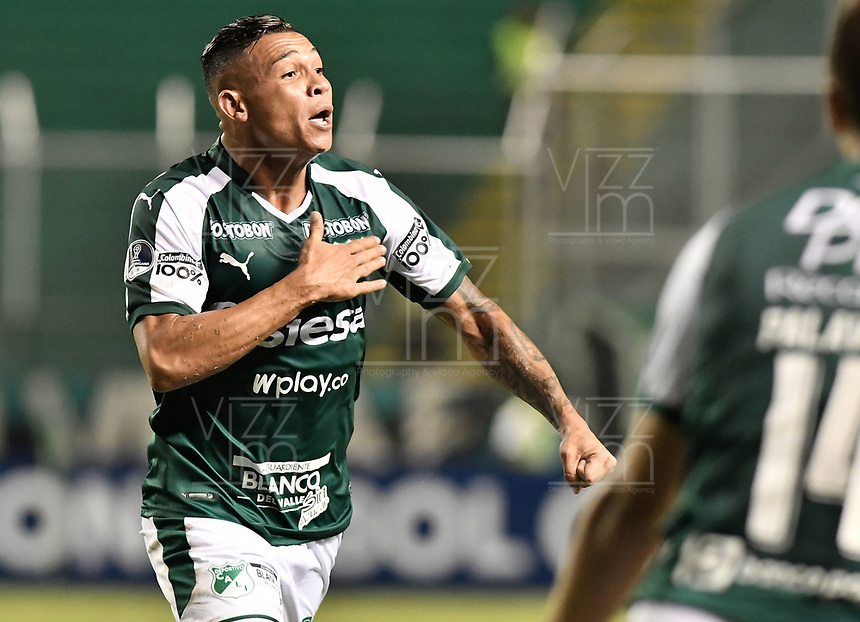 PALMIRA - COLOMBIA, 22-05-2019: Carlos Rodriguez del Cali celebra después de anotar el primer gol de su equipo durante partido entre Deportivo Cali de Colombia y Club Atlético Peñarol de Uruguay por la segunda ronda de la Copa CONMEBOL Sudamericana 2019 jugado en el estadio Deportivo Cali de la ciudad de Palmira. / Carlos Rodriguez of Cali celebrates after scoring the first goal of his team during match between Deportivo Cali of Colombia and Club Atletico Peñarol of Uruguay for the second round as part Copa CONMEBOL Sudamericana 2019 played at Deportivo Cali stadium in Palmira city. Photo: VizzorImage / Alejandro Rosales / Cont