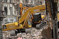 RIO DE JANEIRO, RJ, 26 DE JANEIRO DE 2012 - DESABAMENTO PREDIO RIO DE JANEIRO - Vista na tarde de hoje (26) do local onde ocorreu o desabamento de três prédios na região da Avenida Treze de Maio, no centro do Rio de Janeiro, na noite de ontem, 25. Um dos prédios que ruiu tem cerca de 20 andares, o outro, 10, e o terceiro, 4. Segundo o Corpo de Bombeiros, antes do desabamento teria havido uma explosão, mas isso não foi confirmado. Há pelo menos cinco feridos, dos quais quatro foram encaminhados ao Hospital Souza Aguiar. As equipes de busca retiraram ao menos dois corpos dos escombros. Os trabalhos continuam em dois pontos principais, indicados pelos quatro cães farejadores que ajudam nas buscas.FOTO: GUTO MAIA - NEWS FREEE
