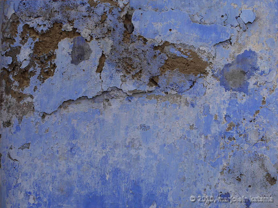 Originally this wall in Panaji must have ben painted ni a rather bright blue color. But now it's crumbling, in need of repair, and the blue is worn or bleached. In the relentless hot and humid climate of South India, walls soon start to decay if they're not repainted every year.