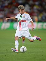 FUSSBALL  EUROPAMEISTERSCHAFT 2012   HALBFINALE Portugal - Spanien                  27.06.2012 Fabio Coentrao (Portugal) Einzelaktion am Ball