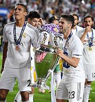 FUSSBALL  CHAMPIONS LEAGUE  FINALE  SAISON 2013/2014  24.05.2013 Real Madrid - Atletico Madrid JUBEL Real Madrid; Isco (re) und Raphael Varane mit Pokal