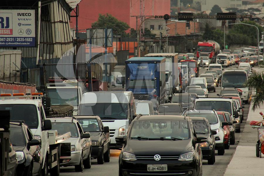 SÃO PAULO, SP, 24.04.2015 - TRÂNSITO / ROD. FERNÃO DIAS  - Transito intenso na Rodovia Fernão Dias na chegada à São Paulo, nesta sexta-feira, 24. No final da tarde a rodoviavia foi bloqueada devido a um protesto. (Foto: Marcio Ribeiro / Brazil Photo Press).