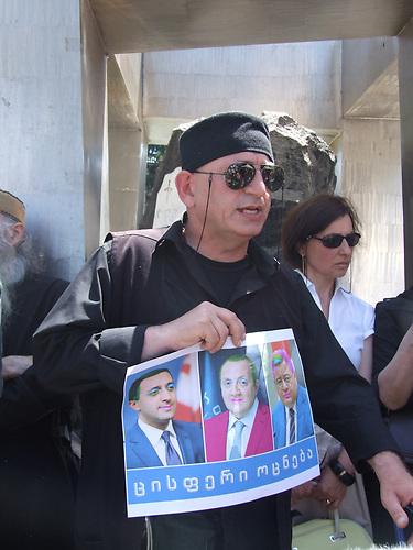 """Homophobe Demonstration vor dem Parlamentsgebäude in Tiflis, organisiert von der georgisch-orthodoxen Kirche. Der Protest richtet sich auch gegen Europa mit dem Motto: """"Wir wollen kein Europa, wo die Willkür der Perversen und Homosexuellen herrscht."""""""