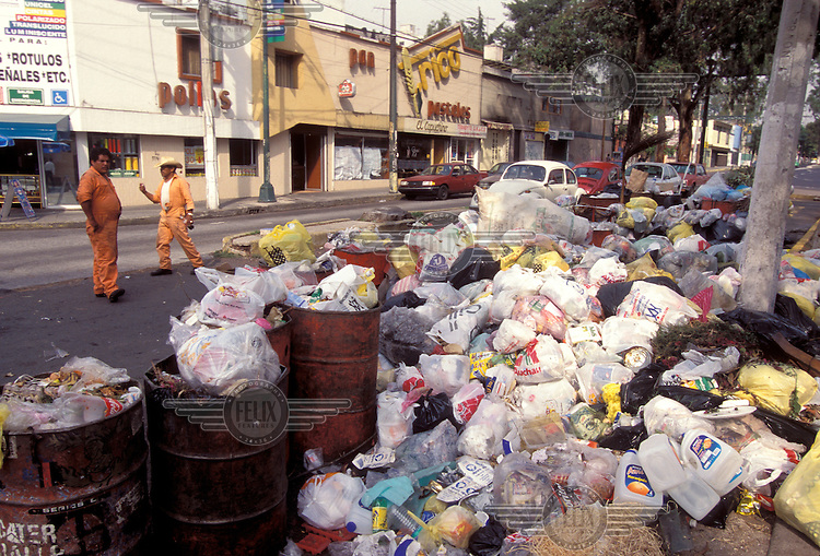 ©ÊMark Henley / Panos Pictures..MEXICO...Rubbish piling up by the side of the street.