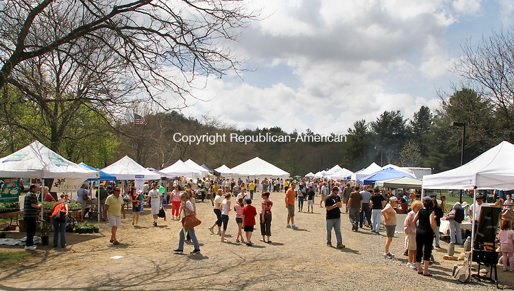 WOODBURY, CT.- 21 APRIL 2012  042112JW13- Vendors and attendees fill Hollow Park Saturday afternoon during the New Morning Market's 18th Annual Earth Day Festival.  Jonathan Wilcox Republican American