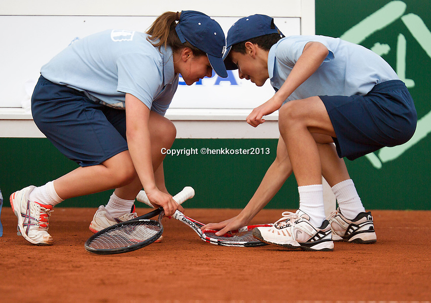 11-07-13, Netherlands, Scheveningen,  Mets, Tennis, Sport1 Open, day four, A ball girl and a ball boy in duel over a broken racket<br />