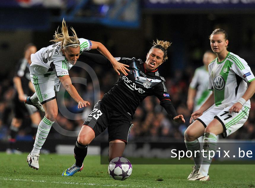 Wolfsburg - Olympique Lyonnais : duel tussen Camille Abily (midden) , Lena Goessling (links) en Alexandra Popp<br /> foto David Catry / Nikonpro.be