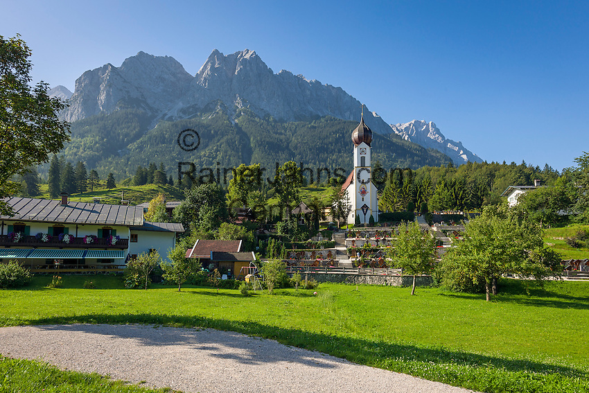Germany, Bavaria, Upper Bavaria, Werdenfelser Land, Grainau: resort with parish church St. John the Baptist and Wetterstein mountains with Zugspitze summit | Deutschland, Bayern, Oberbayern, Werdenfelser Land, Grainau: Urlaubsort vor dem Zugspitzmassiv mit der Pfarrkirche St. Johannes der Taeufer in Obergrainau
