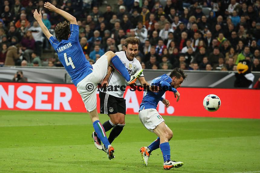 Mario Götze (D) erzielt gegen Matteo Darmian und Alessandro Florenzi (ITA) das 2:0 - Deutschland vs. Italien, Allianz Arena München