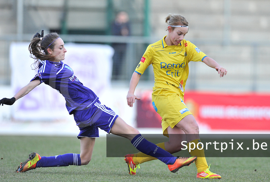 Waasland Beveren Sinaai Girls - RSC Anderlecht : Stephanie Ehlen aan de bal voor Tessa Wullaert (links).foto DAVID CATRY / Nikonpro.be