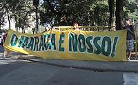 RIO DE JANEIRO, RJ, 02 SETEMBRO 2013 - MARACA E NOSSO -  Manifestantes protestam contra a privatização do Complexo Esportivo do Maracanã, em frente ao Palácio Guanabara nessa segunda 02  . (FOTO: LEVY RIBEIRO / BRAZIL PHOTO PRESS)