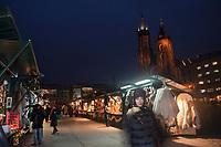 Europe/Voïvodie de Petite-Pologne/Cracovie:  Marché de Noël sur la Place du Marché: Rynek et l'église Notre Dame -  Vieille ville (Stare Miasto) classée Patrimoine Mondial de l'UNESCO,