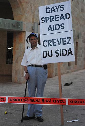 Jerusalem, juin 2009. Un contre-manifestant s'attaque aux homosexuels durant la Gaypride de Jerusalem.
