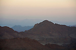 Vue sur les montagnes du Sinaï au coucher du soleil. On devine la zone brumeuse  du Golfe d'Aquaba et au loin  les montagnes d'Arabie Saoudite