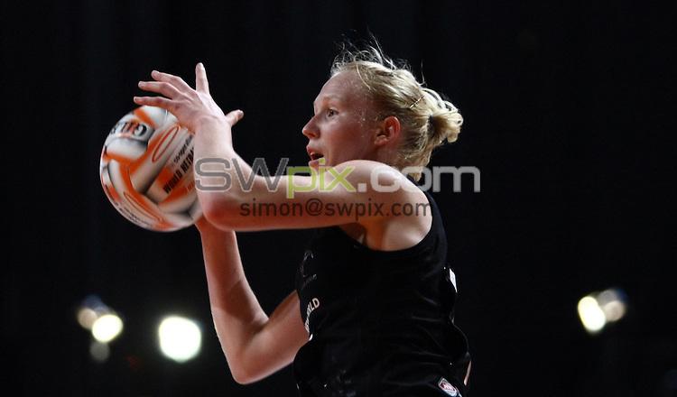 PICTURE BY VAUGHN RIDLEY/SWPIX.COM - Netball - World Netball Series 2009 - MEN Arena, Manchester, England - 09/10/09...Copyright - Simon Wilkinson - 07811267706...New Zealand v Jamaica - New Zealand's Laura Langman.