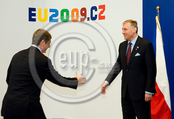 Brussels-Belgium - 01 March 2009 -- Extraordinary European Council, informal EU-summit under Czech Presidency; here, Mirek TOPOLANEK (ri)(Topolánek), Prime Minister of Czech Republic, welcomes Ferenc GYURCSANY (le)(Gyurcsány), Prime Minister of Hungary -- Photo: Horst Wagner / eup-images
