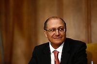 SAO PAULO, SP, 14 DE JUNHO DE 2013. ASSINATURA DE CONVENIO DA ATIVIDADE DELEGADA. O Governador de São Paulo, Geraldo Alckmin, durante assinatura de convenios de Atividade Delegada com os municipios de Angatuba, Guaratinguetá, Poá, Tanabi e Taubaté. A Atividade Delegada é um convênio firmado entre as prefeituras e a Secretaria da Segurança Pública, por meio do qual os policiais militares podem auxiliar o município, entre outras atribuições, no patrulhamento e combate aos ambulantes irregulares. FOTO ADRIANA SPACA/BRAZIL PHOTO PRESS.