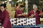 Foto: VidiPhoto<br /> <br /> DUIVEN &ndash; Kerstpakketten zijn dit jaar luxer en persoonlijker dan andere jaren. Door de krapte op de arbeidsmarkt doen werkgevers er alles aan hun werknemers aan zich te binden en hun waardering te tonen. Dat blijkt dit jaar uit de kerstpakketten, waarvan dinsdag de eerste van 2018 over de band rollen bij het grootste inpakstation in ons land, Makro in Duiven. Een andere trend is stoer en lokaal. Een van de productlijnen heet daarom &ldquo;de boerenborrel&rdquo;, met veel streekproducten. Het &lsquo;stoere&rsquo; kerstpakket ziet er uit als een legerkist, vol met woonitems, maar ook hier aangevuld met bierbrood-mix om zelf brood te bakken en andere ambachtelijke producten. Tot half december worden er op zestien locaties van de Makro 1,5 miljoen kerstpakketten gevuld, waarvan 800.000 in de inpakhal in Duiven. Wat nu ingepakt wordt zijn standaard pakketten. Over enkele weken volgen de bestellingen-op-maat. Het kerstpakket is een puur Nederlandse traditie. Tijdens de topdrukte, eind oktober, zijn er 500 mensen, onder wie veel Polen, bezig met het inpakken van de kerstpakketten.