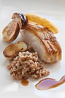Europe/France/Bretagne/22/Côtes d'Armor/ Plérin-sous-la-Tour: Dos de Cabillaud poêlé, Sarrasinotto, Cèpes et  Onion rings recette de  Nicolas Adam Restaurant: La Vieille Tour