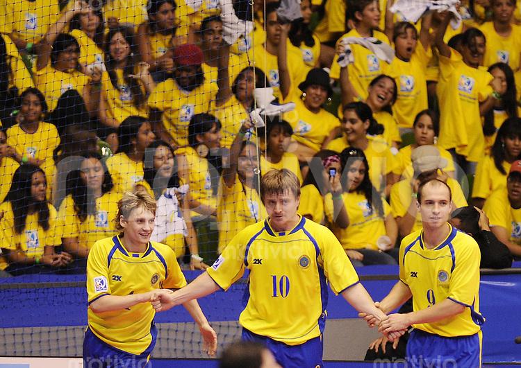 Fussball  International  FIFA  FUTSAL WM 2008   07.10.2008 Vorrunde Gruppe C Ukraine - Aegypten Ukraine - Egypt  Dmytro Ivanov, Valeriy Legchanov und Valeriy Zamyatin (von links, UKR) jubeln nach dem 3-0