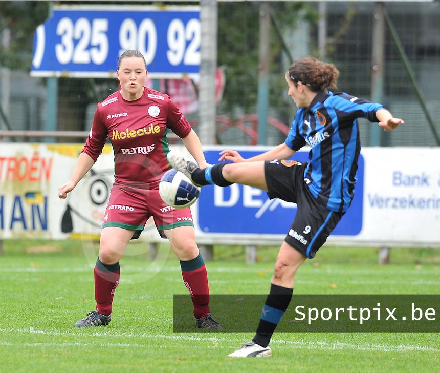 Club Brugge Dames - Dames Zulte Waregem : Liselore Carlier kijkt toe hoe Lore Dezeure op de bal schiet.foto DAVID CATRY / Vrouwenteam.be