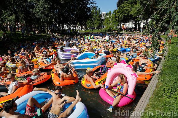 Nederland Utrecht 2015 08 08 . Rubberboot Missie Utrecht. Zaterdag werden bij start circa zeshonderd rubberboten geteld, waardoor het wereldrecord Largest Parade of Inflatable Boats werd gebroken. De deelnemers peddelden ruim 3 kilometer door de Utrechtse grachten.