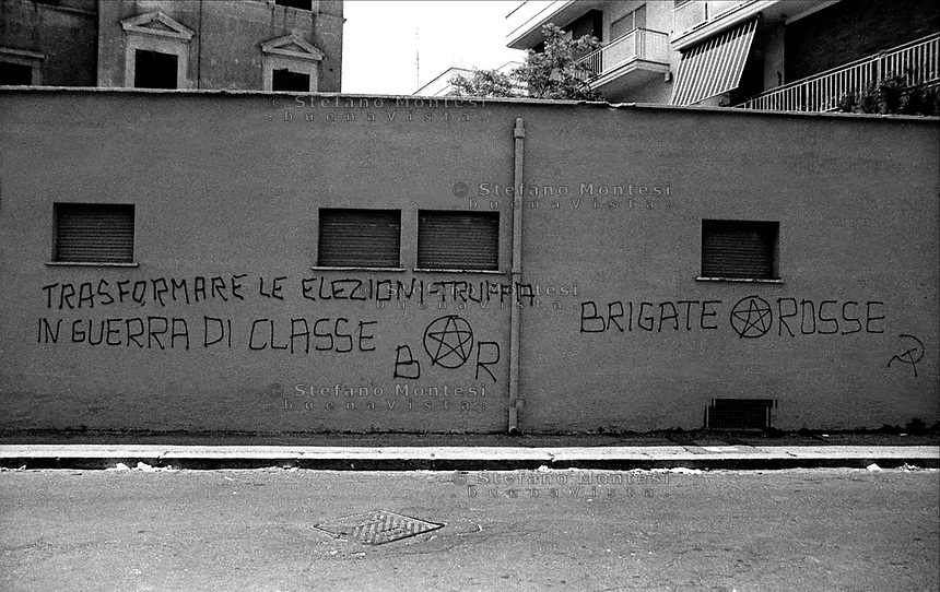Ostia 1980<br /> Una scritta su un muro delle Brigate Rosse inneggiante alla guerra di classe<br /> Ostia 1980<br /> An inscription on a wall, the Red Brigades, praising the class war<br /> &quot;Transforming the election fraud  in  class war&quot;