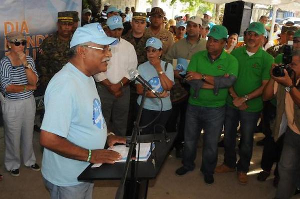 El ministro de Medio Ambiente, Ernesto Reyna, se dirige al público y demás instituciones participantes en la jornada de limpieza de playas. Fuente externa. 17 de septiembre de 2011.
