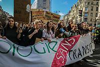 Manifestazione per il clima, ragazzi con manifesto ecologia senza transizione