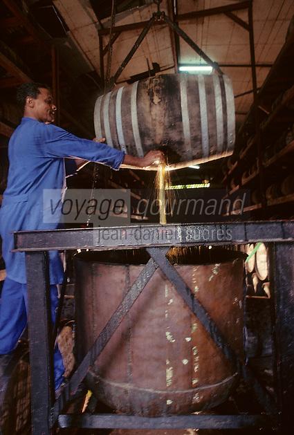 France/DOM/Martinique/Rivière-Pilote/Distillerie La Mauny: Transvasement du fût [Non destiné à un usage publicitaire - Not intended for an advertising use]