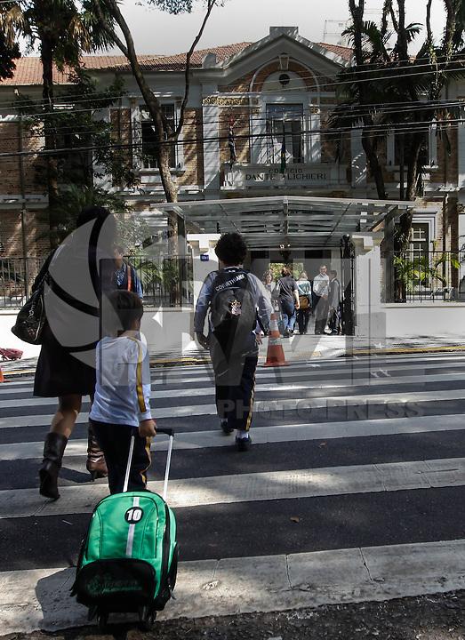 SAO PAULO, SP, 01 DE AGOSTO 2012 - VOLTA AS AULAS - Movimentação de estudantes no Colégio Dante Alighieri na regiao da Av Paulista na tarde desta quarta-feira(01), na volta às aulas para o segundo semestre do ano letivo. FOTO: VANESSA CARVALHO - BRAZIL PHOTO PRESS.