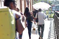 CAMPINAS, SP 29.08.2018-CLIMA-Pedestres se protegem do sol no centro da cidade de Campinas (SP), nesta quarta-feira (29). (Foto: Denny Cesare/Codigo19)