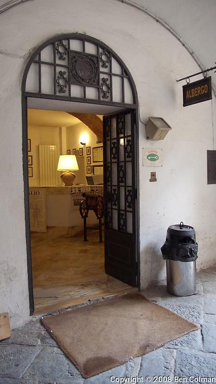 Siena albergo entrance
