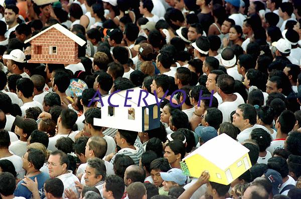 Durante o cortejo do C&iacute;rio de Nossa Senhora de Nazar&eacute; os fi&eacute;is levam na cabe&ccedil;a o pagamento de gra&ccedil;as alcan&ccedil;adas. A romaria com cerca de 1.500.000 de pessoas &eacute; considerada uma das maiores prociss&otilde;es religiosas do planeta.<br />Bel&eacute;m, Par&aacute;, Brasil          <br />14/10/2001<br />&copy;Foto: Lilia Tandaya/Interfoto