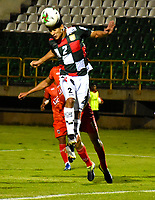 TUNJA-COLOMBIA, 29-01-2020: Jonathan Muñoz de Boyacá Chicó F. C., y David Castañeda de Patriotas Boyacá F. C., disputan el balón durante partido entre Boyacá Chicó F. C. y Patriotas Boyacá F. C., de la fecha 2 por la Liga BetPlay DIMAYOR I 2020 en el estadio La Independencia en la ciudad de Tunja. / Jonathan Muñoz of Boyacá Chicó F. C., and David Castañeda of Patriotas Boyacá F. C., figth the ball, during a match between Boyacá Chicó F. C. and Patriotas Boyacá F. C., of the 2nd date for the BetPlay DIMAYOR Leguaje I 2020 at La Independencia stadium in Tunja city. / Photo: VizzorImage / Edward Leguizamón / Cont.