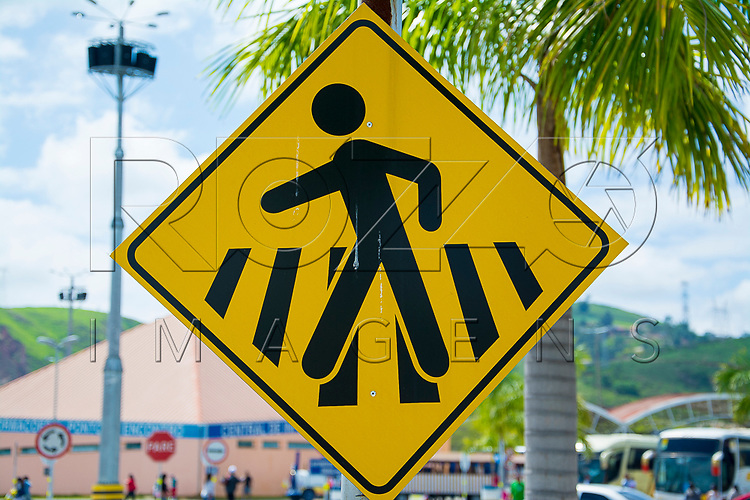 Placa indicando faixa para pedestres, Aparecida - SP, 10/2016.