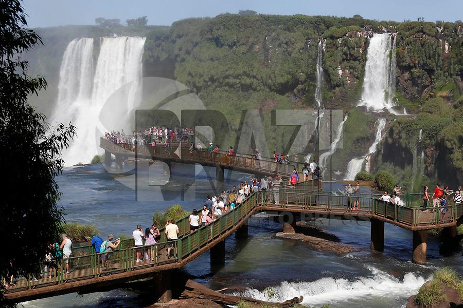 FOZ DO IGUAÇU, PR, 19.04.2018 – CATARATAS DO IGUAÇU - Vista das Cataratas do Iguaçu localizada no Parque Nacional do Iguaçu na cidade de Foz do Iguaçu (PR) na manhã desta quinta-feira (19).(Foto: Paulo Lisboa/Brazil Photo Press)