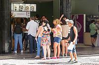 CURITIBA, PR, 07.02.2014 – CLIMA TEMPO / CURITIBA -  Na tarde dessa sexta-feira (07), termômetro do Sistema Meteorológico do Paraná(Simepar), registraram temperatura de 34,3ºC com sensação de calor de 35ºC. Frequentadores do centro de Curitiba lotam sorveterias.(FOTO: PAULO LISBOA  / BRAZIL PHOTO PRESS)