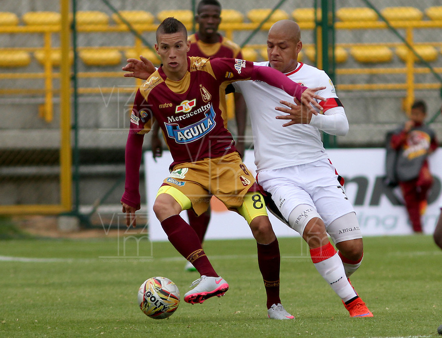 BOGOTA - COLOMBIA - 30-08-2015: Matheus Uribe jugador del Deportes Tolima  disputa el balon con Gustavo Bolivar del Cucuta Deportivo    durante partido  por la fecha 9 de la Liga Aguila II 2015 jugado en el estadio Metropolitano de Techo . / Matheus Uribe player of Deportes Tolima   fights the ball against Gustavo Bolivarof Cucuta Deportivo during a match for the ninth date of the Liga Aguila II 2015 played at Metropolitano  the Techo  stadium in Bogota  city. Photo: VizzorImage / Felipe Caicedo / Staff.