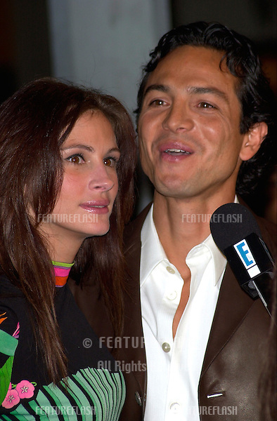 Actress JULIA ROBERTS & actor boyfriend BENJAMIN BRATT at the world premiere, in Los Angeles, of his new movie Red Planet..06NOV2000. © Paul Smith / Featureflash