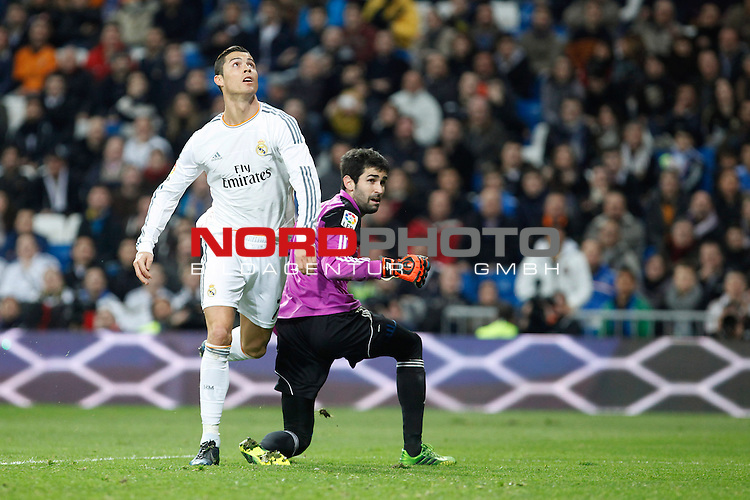 Real Madrid¬¥s Cristiano Ronaldo (L) and Osasuna¬¥s goalkeeper Riesgo during King¬¥s Cup match in Santiago Bernabeu stadium in Madrid, Spain. January 09, 2014. Foto © nph / Victor Blanco)